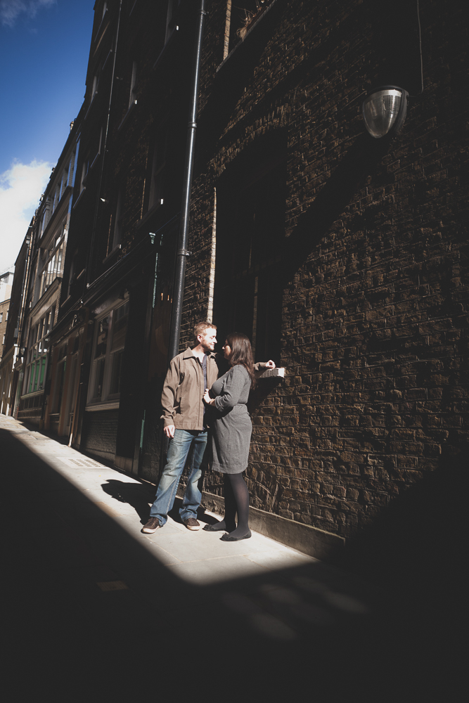 session engagement à Londres - photo de couple originale dans le quartier Saint-Paul